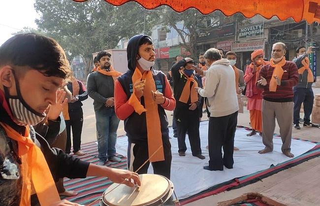 दिल्ली : विहिप कार्यकर्ता चांदनी चौक के मंदिर को बचाने के लिए कर रहे हनुमान चालीसा का पाठ