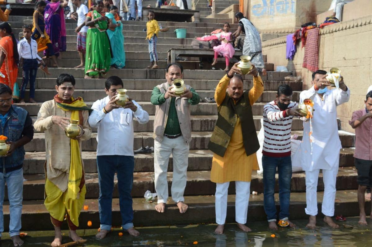 ब्राह्मण महासभा युवा मंच ने मां गंगा का किया दुग्धाभिषेक, स्वच्छता का संदेश