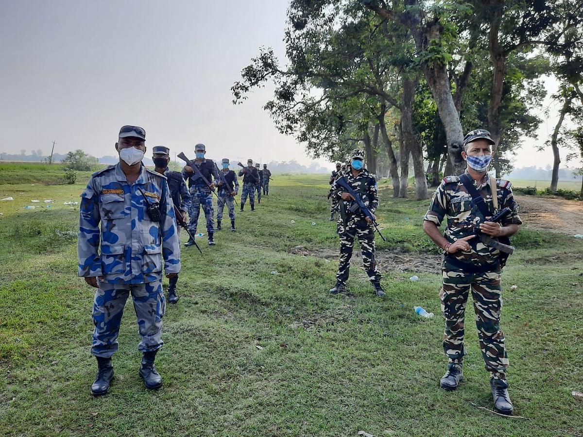 भारत-नेपाल के अंतराष्ट्रीय सीमा पर दोनों देशों के सुरक्षाकर्मियों ने किया फ्लैग मार्च
