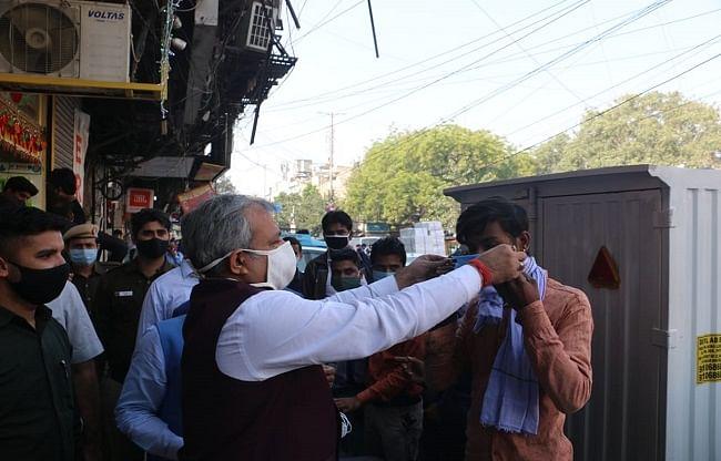 (अपडेट) भाजपा कार्यकर्ताओं ने दिल्ली के बाजारों में लोगों को कोरोना के प्रति किया जागरूक