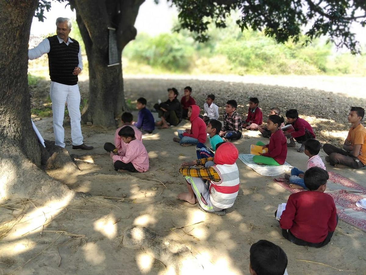 दिन में नौकरी, शाम को गरीब बच्चों के जीवन में शिक्षा का उजाला फैला रहे इंजीनियर नरेन्द्र