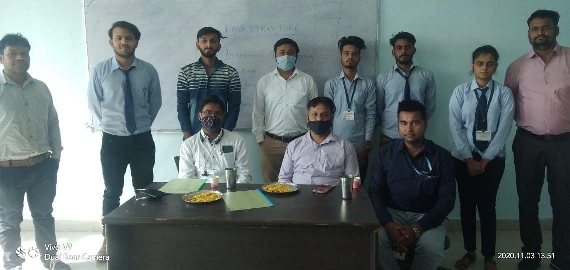 कॉलेज कैंपस में इंजीनियरिंग कॉलेज के दो विद्यार्थियों का चयन