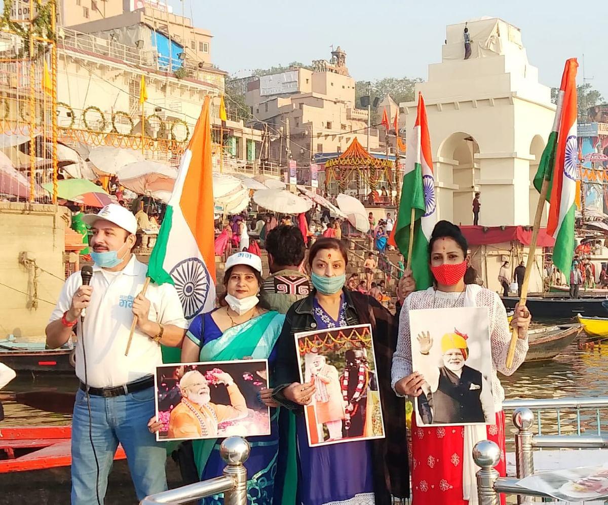 देव दीपावली पर गंगा घाटों पर गूंजा स्वच्छता और कोविड प्रोटोकाल के पालन का संदेश