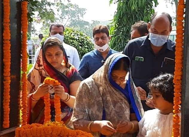 मंत्री उमेश के साथ कांग्रेस कार्यकर्ताओं ने स्व. नंदकुमार पटेल की जयंती पर किया याद