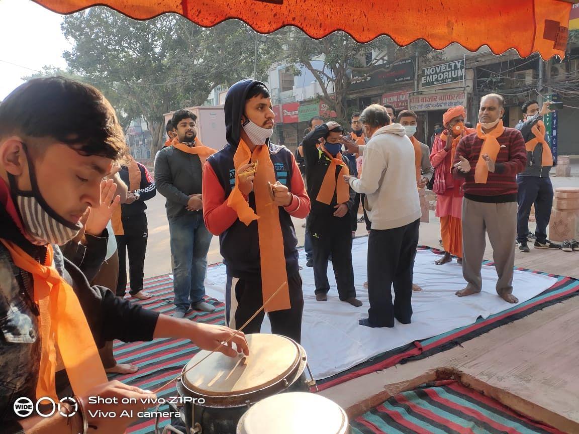 विहिप कार्यकर्ता चांदनी चौक के मंदिर को बचाने के लिए कर रहे हनुमान चालीसा का पाठ