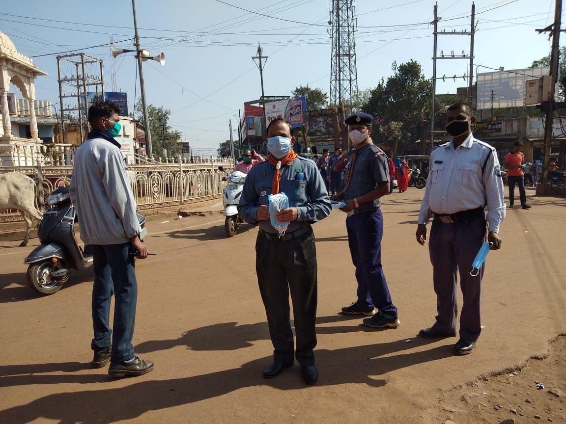 शिवपुरी में भारत स्काउट एवं गाइड ने निशुल्क मास्क बांटकर बताए कोरोना से बचाव के उपाय