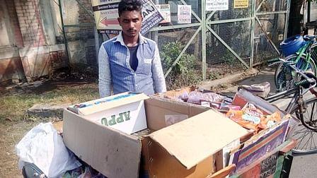 कानपुर से रोजगार की तलाश में लखनऊ आया मजहर बेच रहा काजू-किशमिश