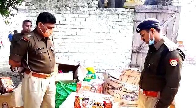 मेरठ :  गोदाम पर छापा मारकर पुलिस ने पांच लाख के पटाखे पकड़े