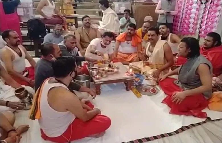 महाकाल मंदिर में फुलझड़ी चलाकर हुई दीपावली उत्सव की शुरुआत