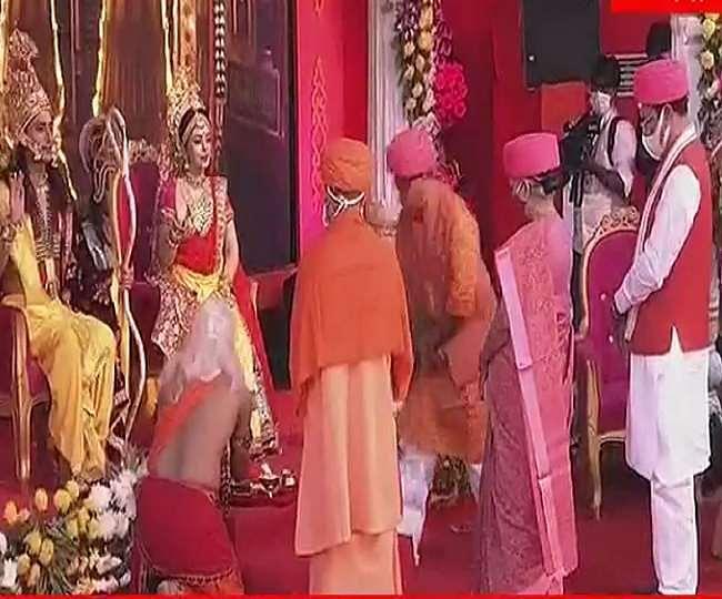 राम नगरी में जीवंत हुआ त्रेता युग, मुख्यमंत्री के साथ राज्यपाल ने की श्रीराम व सीता स्वरूप की आरती