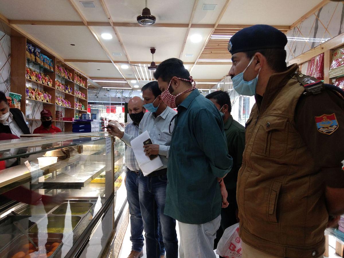 मिठाई की दुकानों में एसडीएम ने की छापेमारी