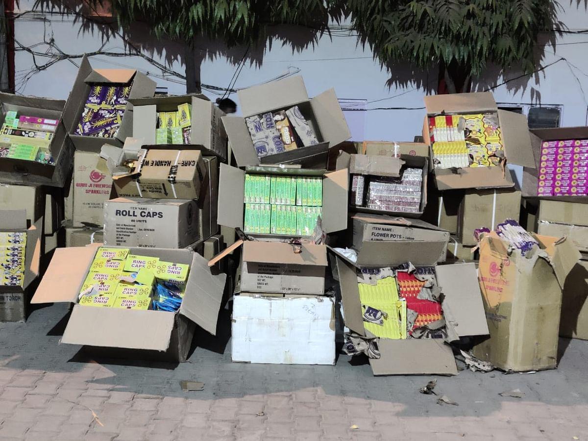 गाजियाबाद में 15 लाख के अवैध पटाखे बरामद, 2 गिरफ्तार