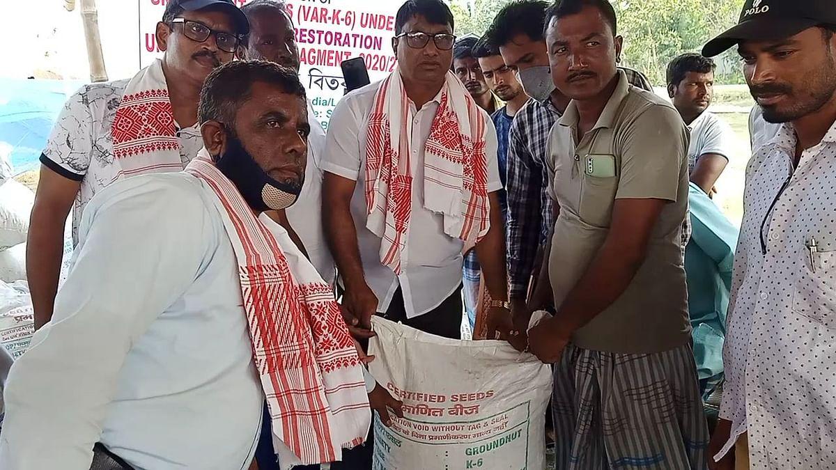 बाढ़ प्रभावित किसानों सरकार ने वितरित किया मुंगफली का बीज
