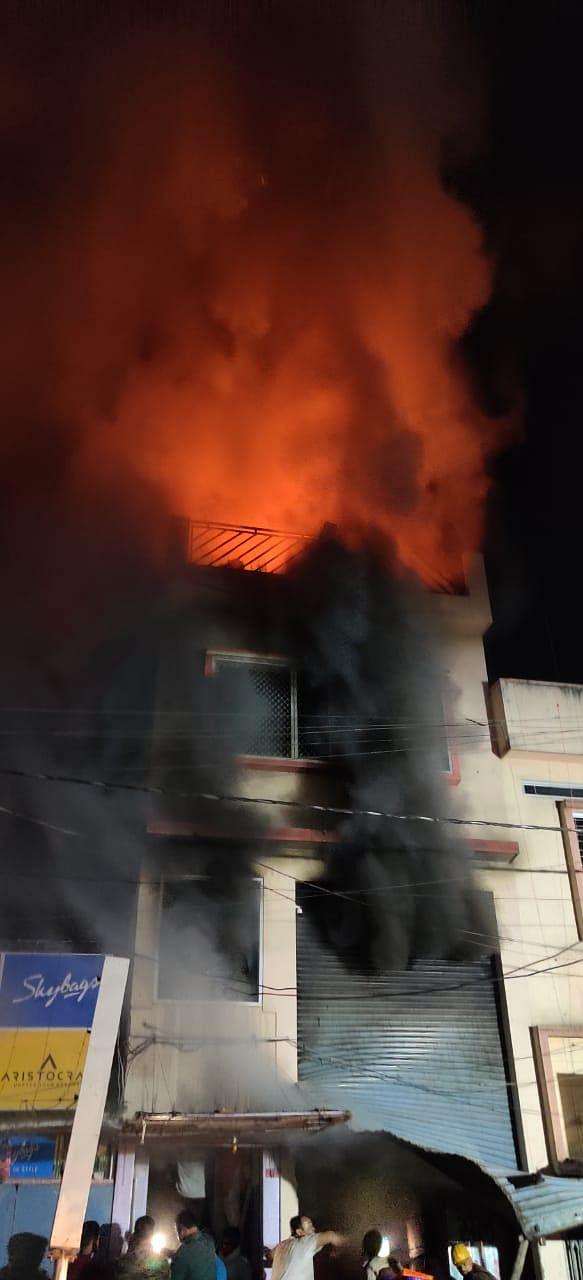 मुंगेर के चैक बाजार में कपड़े के गोदाम में लगी भीषण आग, करोड़ों की क्षति