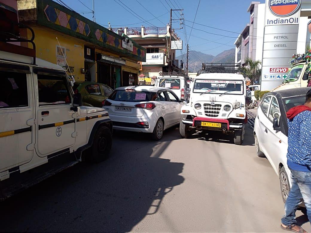 सड़क पर खड़े आड़े-तिरछे वाहन बढ़ा रहे राहगीरों की मुसीबतें