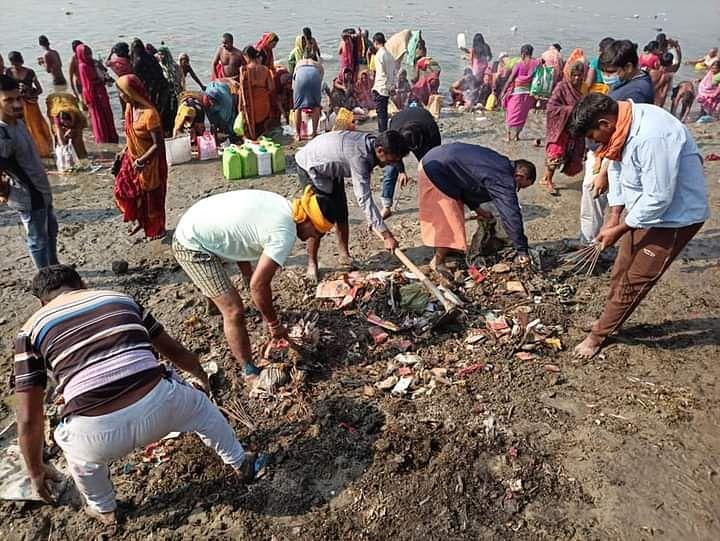 गंगा घाट की दुर्दशा देख पर्यावरण साथियों ने शुरू किया सफाई अभियान