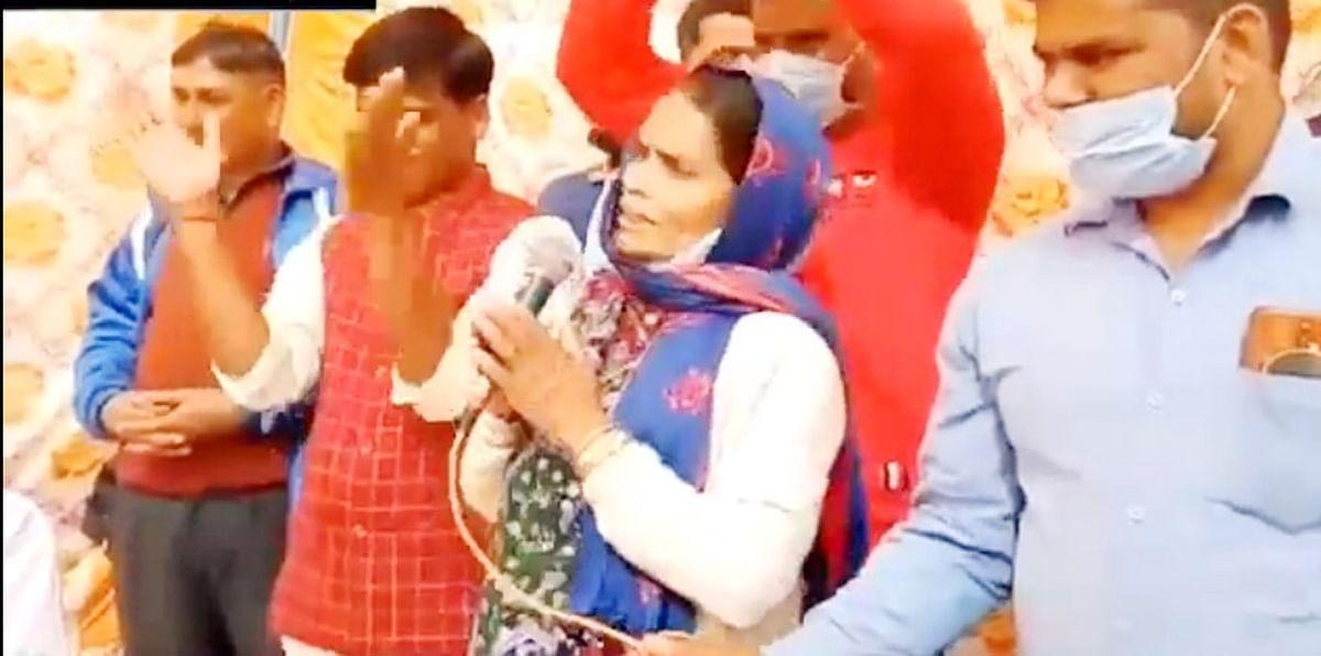 ग्रामीण महिला ने मंत्री के उपकारों के लिए कुमाऊंनी में गीत गाकर दी दुआ