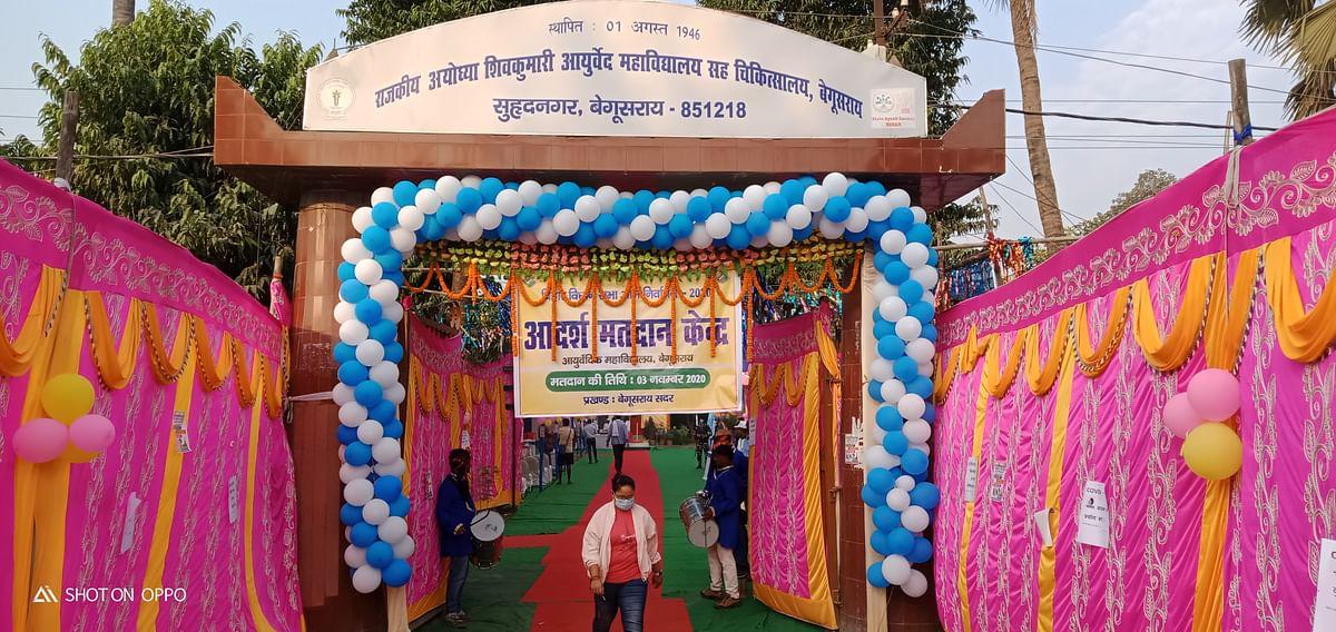शादी पंडाल से कम नहीं है मॉडल मतदान केंद्र की सजावट, दिए जा रहे हैं मतवृक्ष