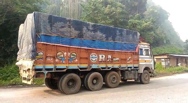 बिना वैध कागजात के मटर ले जा रहा ट्रक जब्त