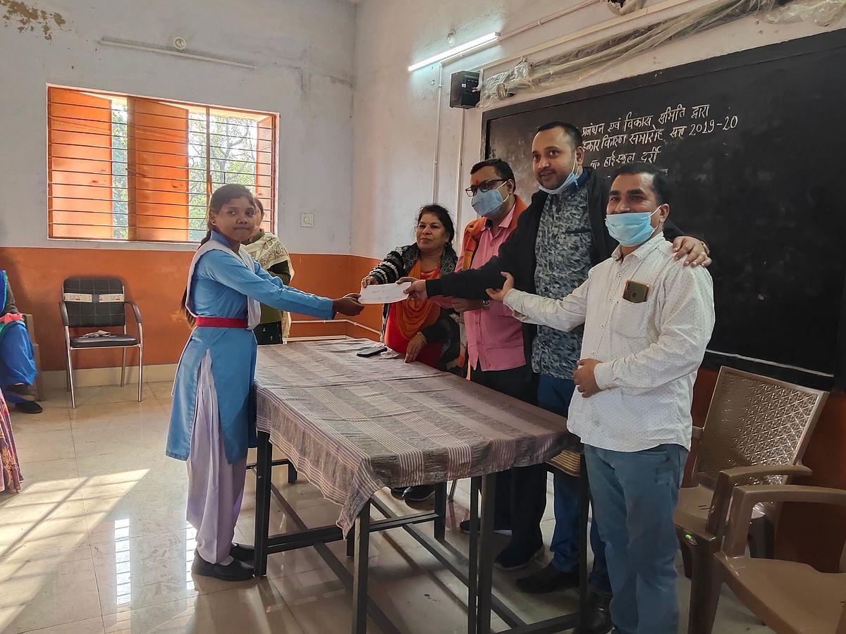 मारवाड़ी युवा मंच दर्री जमनीपाली द्वारा किया गया होनहार बच्चों का सम्मान