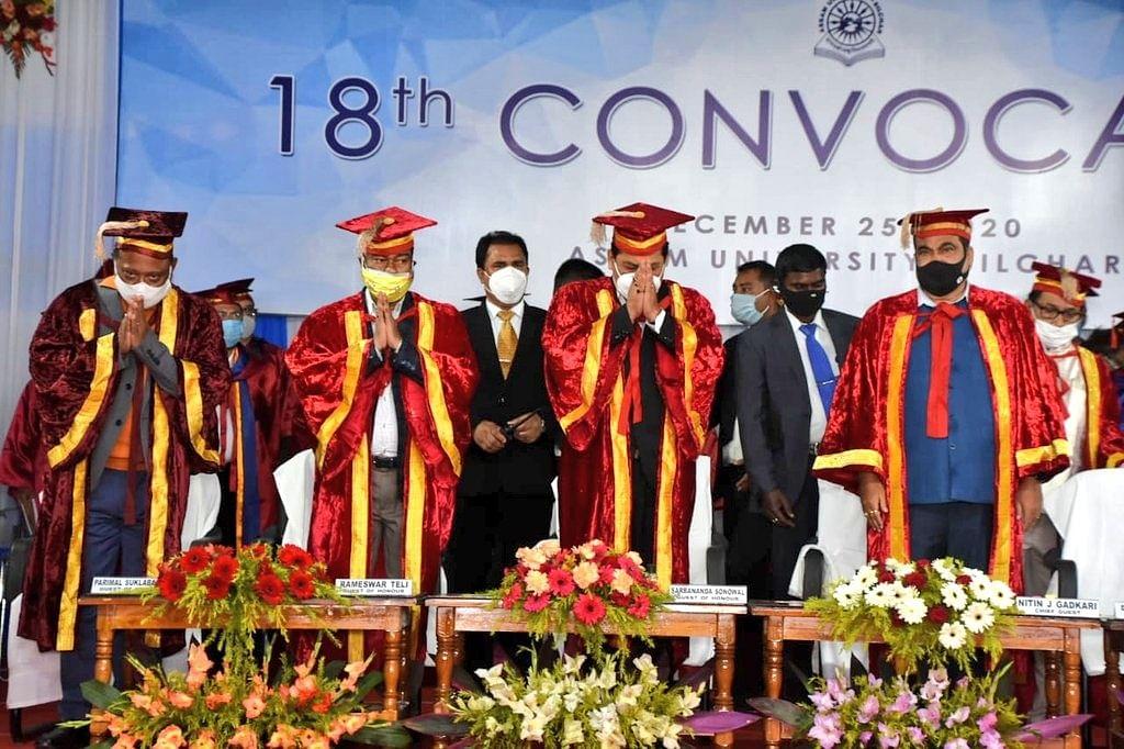 गडकरी व सोनोवाल ने असम विश्वविद्यालय के 18वें दीक्षांत समारोह में लिया हिस्सा