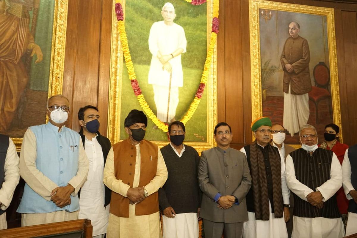संसद सदस्यों ने चौधरी चरण सिंह को पुष्पांजलि अर्पित की