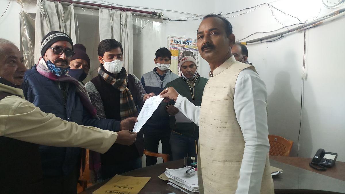 सीतापुर: सभासदों ने स्वकर प्रणाली का जताया विरोध, अध्यक्ष को सौंपा नया मसौदा