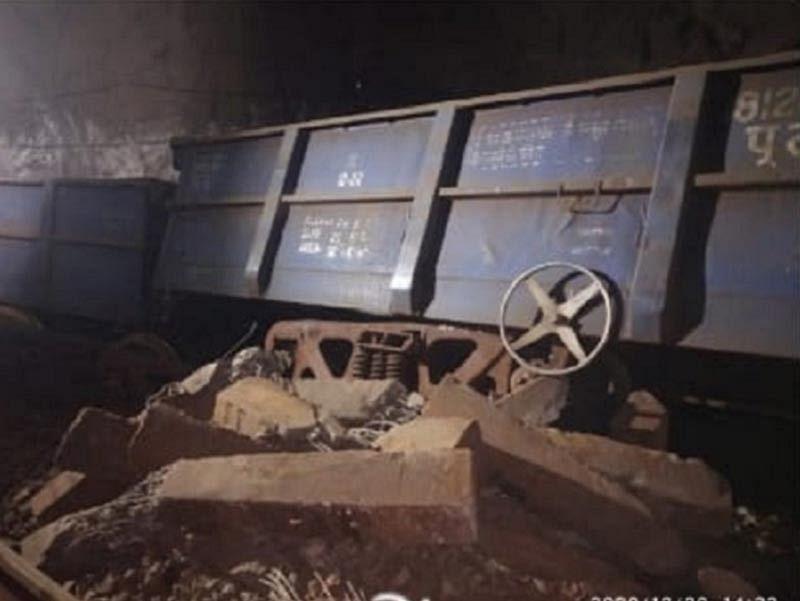 लौह अयस्क से भरी मालगाड़ी के 14 डिब्बे सुरंग के अंदर पटरी से उतरे