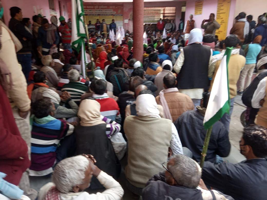 सीतापुर : किसानों के समर्थन में उतरी सपा, बड़े नेता घरों में नजरबन्द, कार्यकर्ताओं ने दी गिरफ्तारी