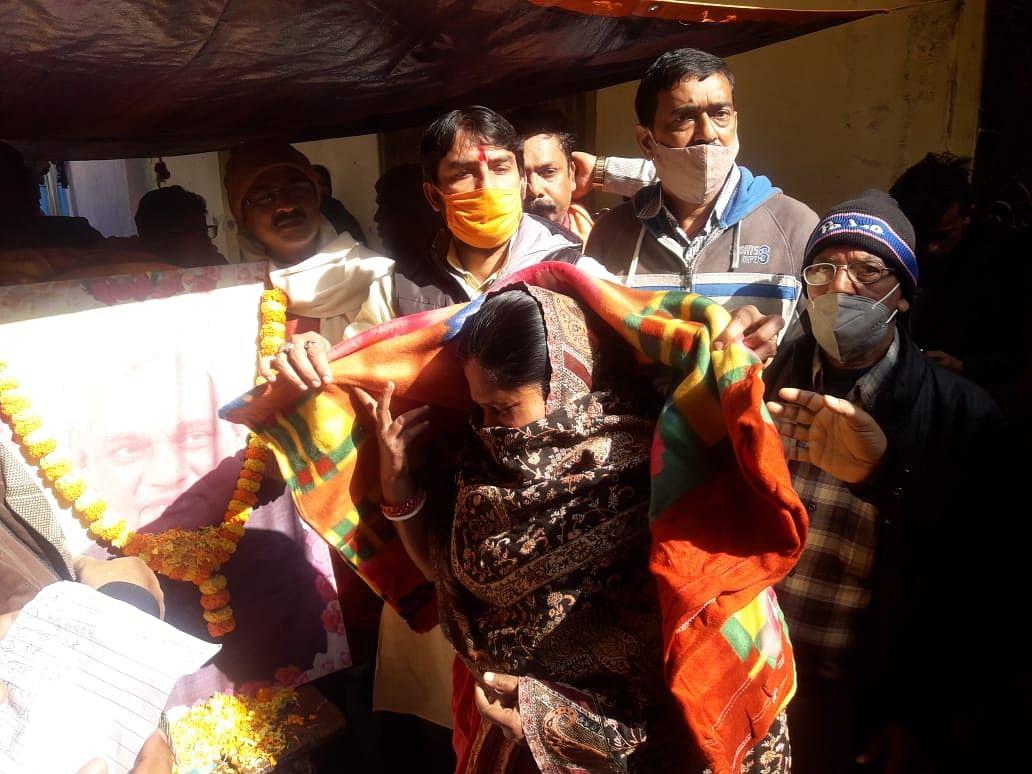 अटल बिहारी वाजपेयी की जयंती पर भाजपा नेता ने बांटे कंबल