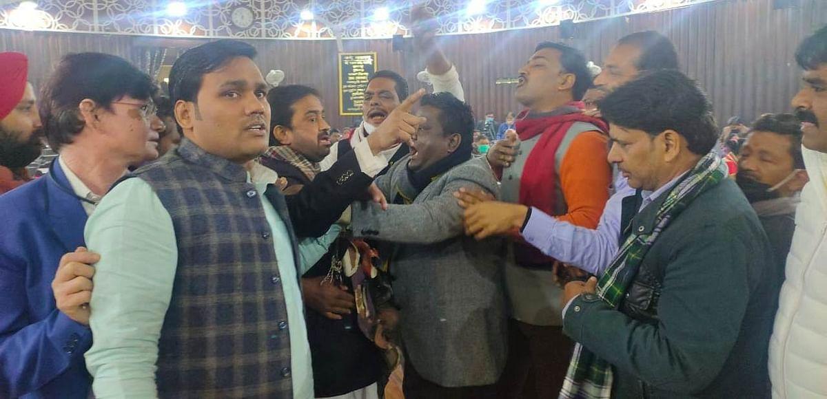शीतकालीन सदन कार्यवाही में सपा पार्षद दल के नेता ने पहनी जूतों की माला, किया हंगामा