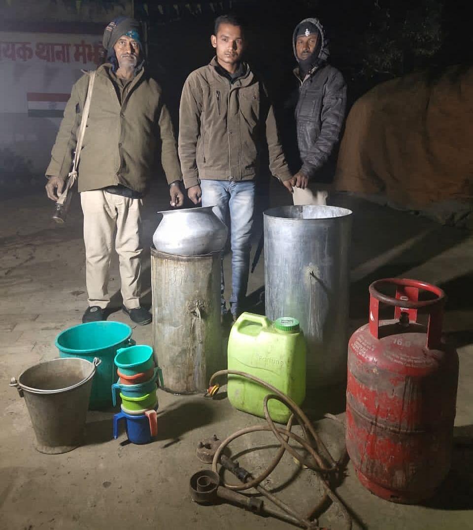 एक हजार लीटर से अधिक देसी शराब का रॉ मैटेरियल नष्ट, एक गिरफ्तार