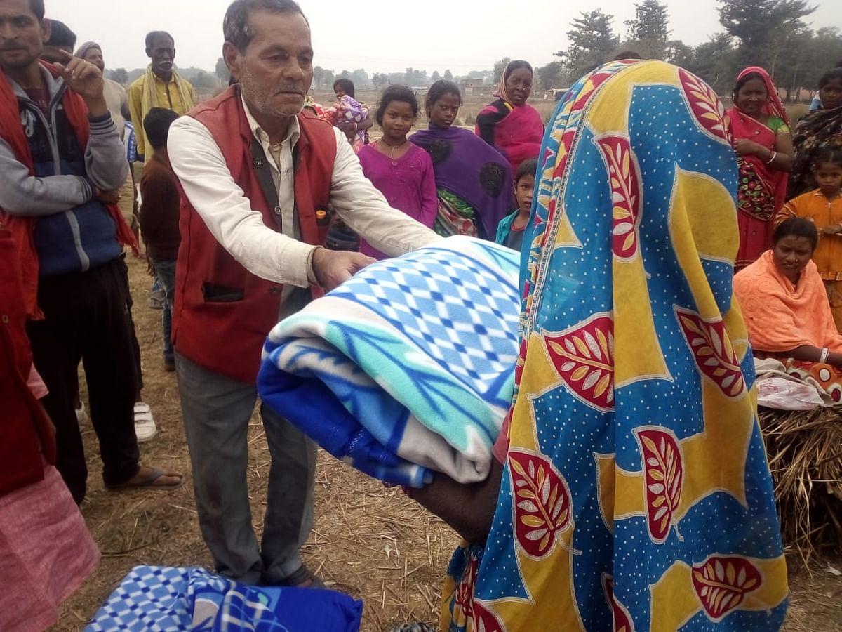 प्लास्टिक के तम्बू में दिन गुजर रहे रेलवे स्टेशन के 80 विस्थापित परिवार को विधायक ने उपलब्ध कराया कम्बल