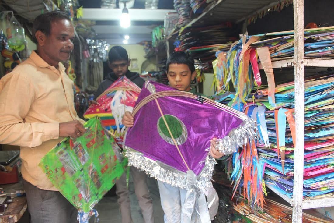 संक्राति का पर्व नजदीक, रंग बिरंगी पतंगों से सजे बाजार