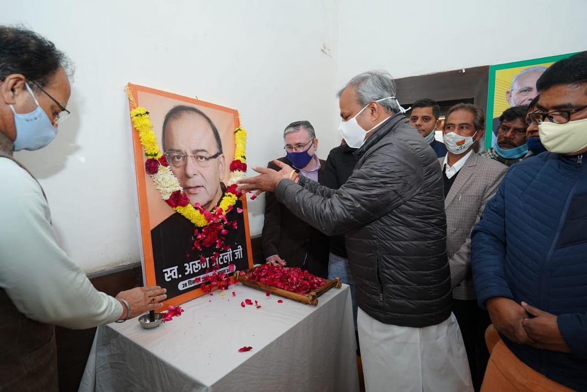गुप्ता ने प्रदेश कार्यालय में जटेली के चित्र पर अर्पित की पुष्पांजलि, कैलाश कॉलोनी में स्वजनों के साथ वितरण किया जरूरी सामान