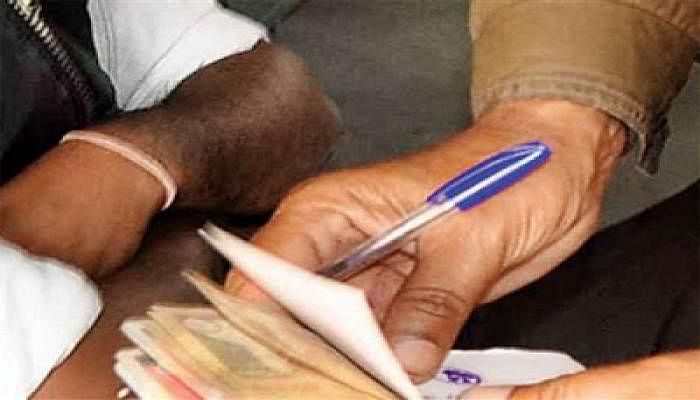 संतकबीरनगर: 10 हजार रुपये का घूस लेते दरोगा  गिरफ्तार