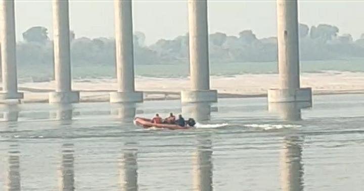 महिला अलकनंदा नदी में कूदी