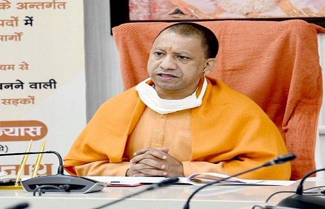 मुख्यमंत्री योगी आदित्य नाथ के हाथों से नियुक्ति पत्र पाकर नए चयनित आबकारी निरीक्षकों के चेहरे खिले