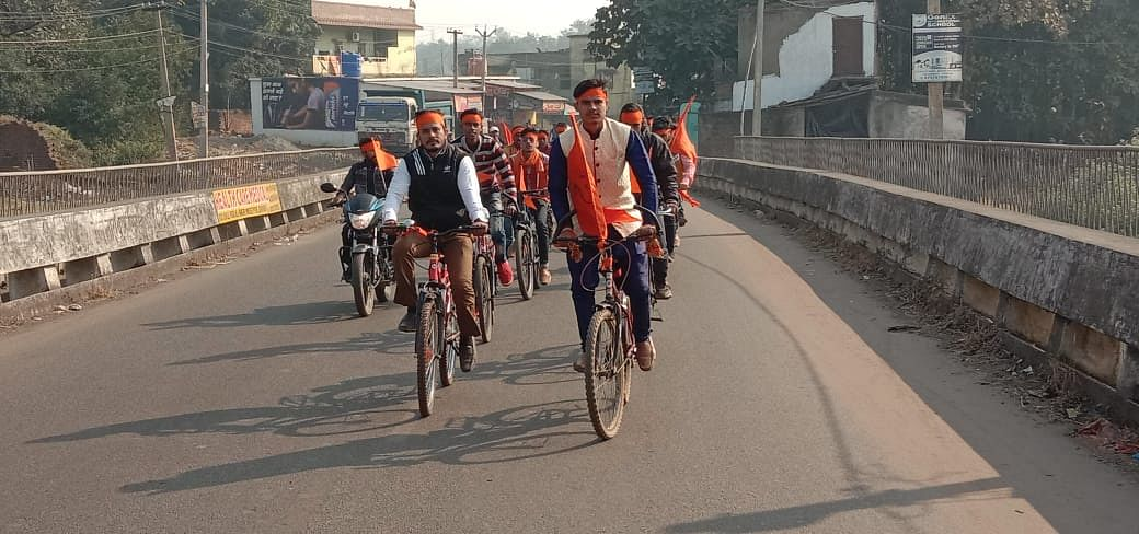 स्वयंसेवकों ने भगवा झंडा लेकर श्रीराम धाम मंदिर चिटाही के लिए निकले