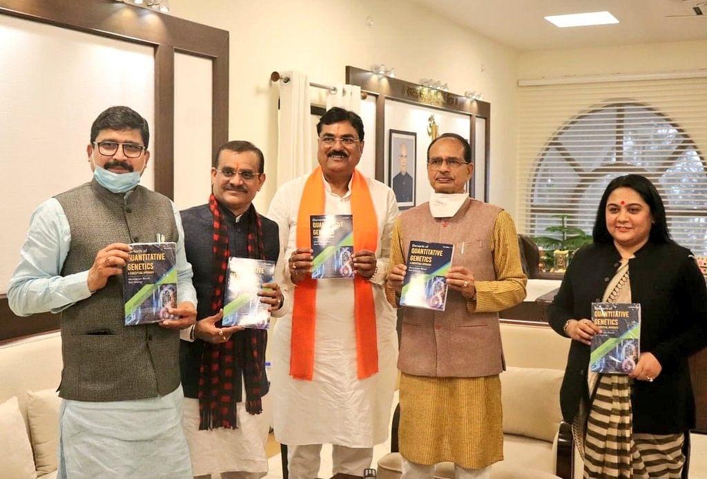 """मुख्यमंत्री ने डॉ. स्तुति शर्मा की पुस्तक """"एलीमेन्ट आफ क्वान्टिटेटिव जेनेटिक्स"""" का किया विमोचन"""