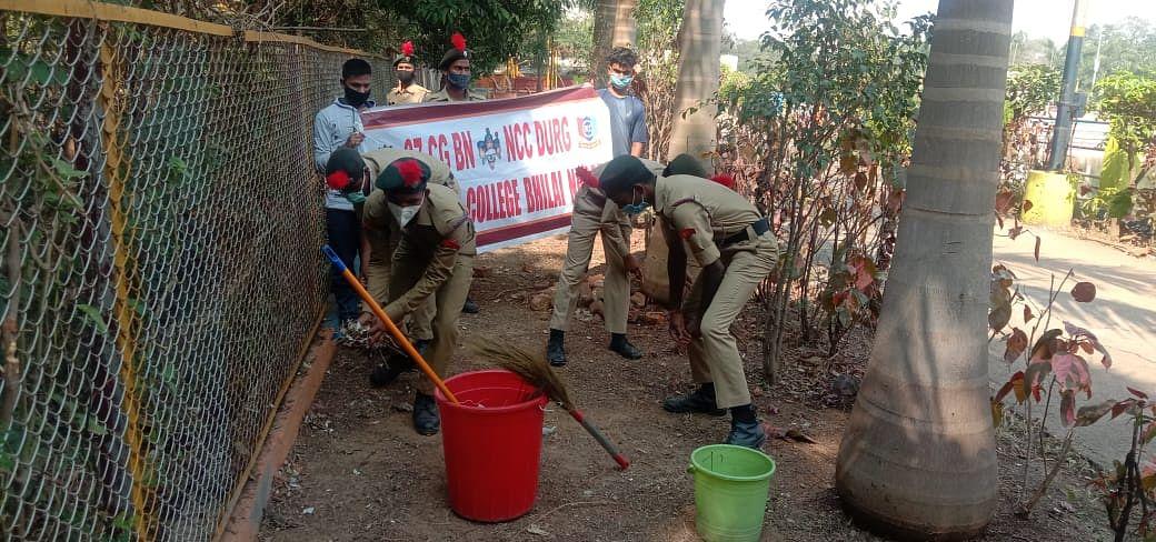 37 छ.ग. बटालियन एनसीसी ने सार्वजनिक स्थलों पर की साफ सफाई, निकाली रैली