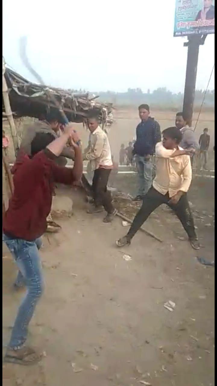 बकरी चोरी के आरोप में तालिबानी सजा, पानी में डुबो-डुबो कर पीटा