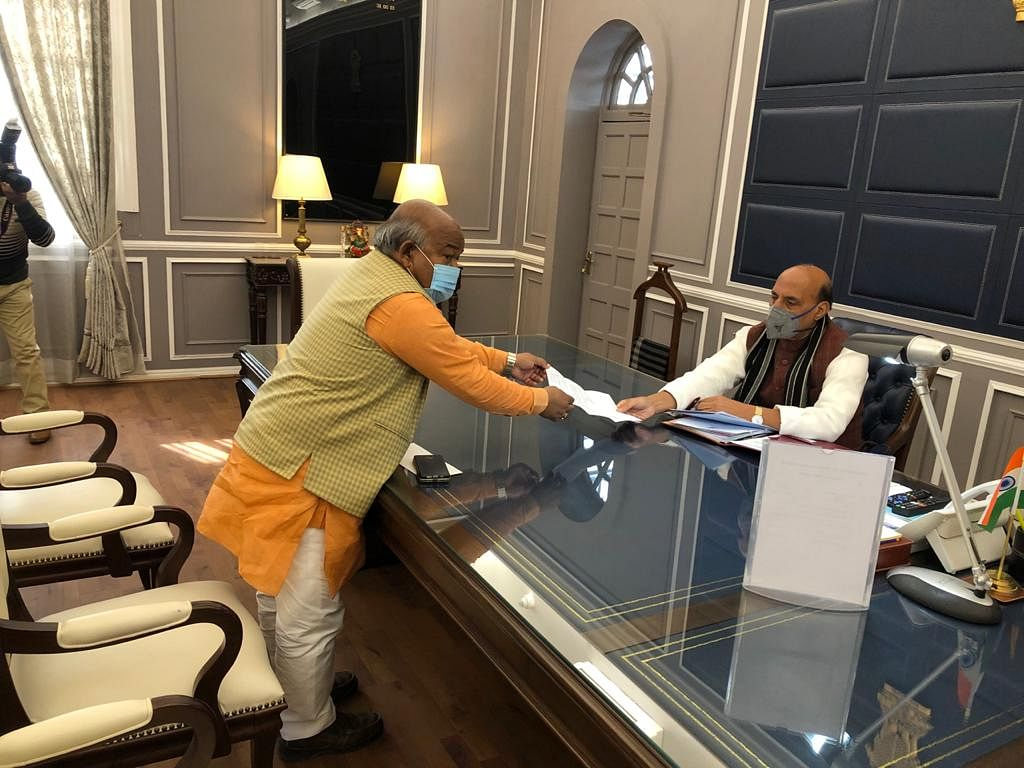 सीतापुर : सांसद राजेश वर्मा ने रक्षामंत्री से मिलकर फिर उठाया सेना की खाली पड़ी जमीन का मुद्दा, सौंपा मांग पत्र