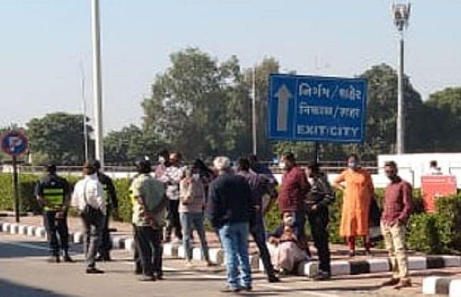 लंदन से अहमदाबाद आए विमान के 246 यात्रियों को एयरपोर्ट पर रोका
