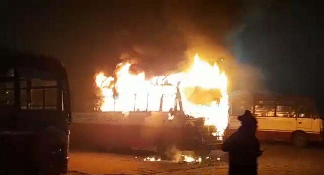 सीतापुर : रोडवेज परिसर में खड़ी बस में शॉर्ट-सर्किट से लगी आग, कोई हताहत नहीं