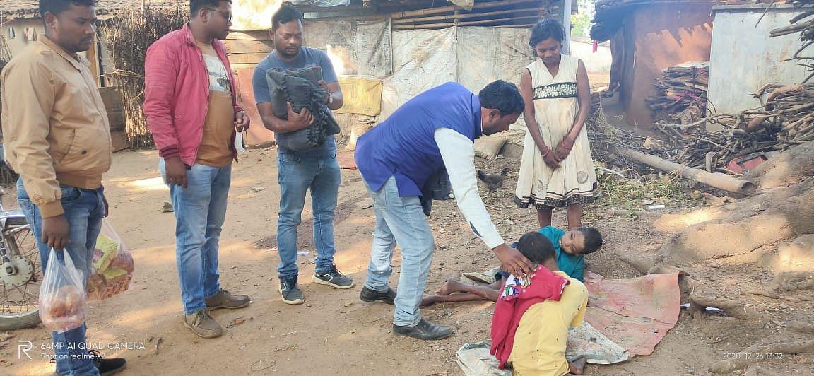 झामुमो अनाथ व दिव्यांग बच्चों को दिये गर्म कपड़े