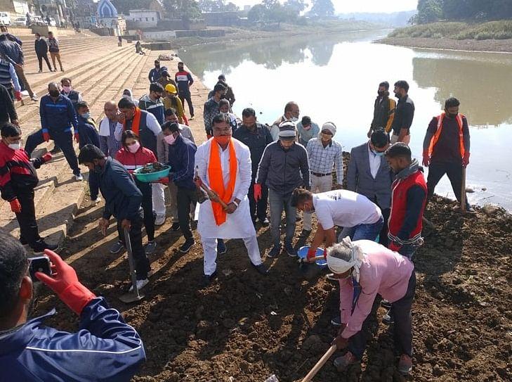 हरदा : अजनाल नदी को स्वच्छ बनाने मंत्री पटेल ने घाट पर किया श्रमदान