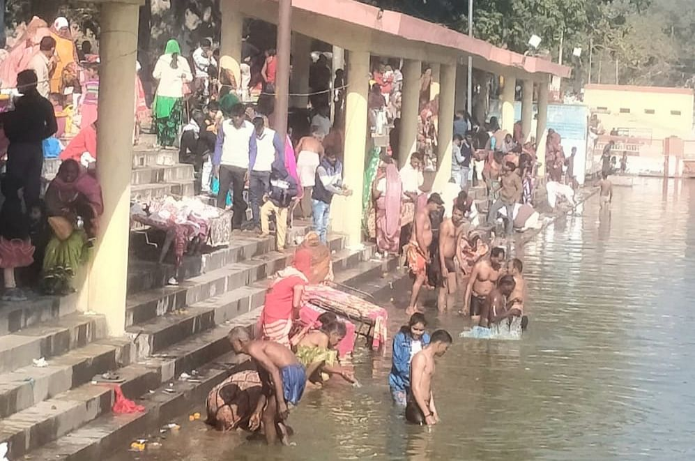 सोरों की हरिपदी गंगा घाट पर हजारों श्रद्धालुओं ने किया स्नान