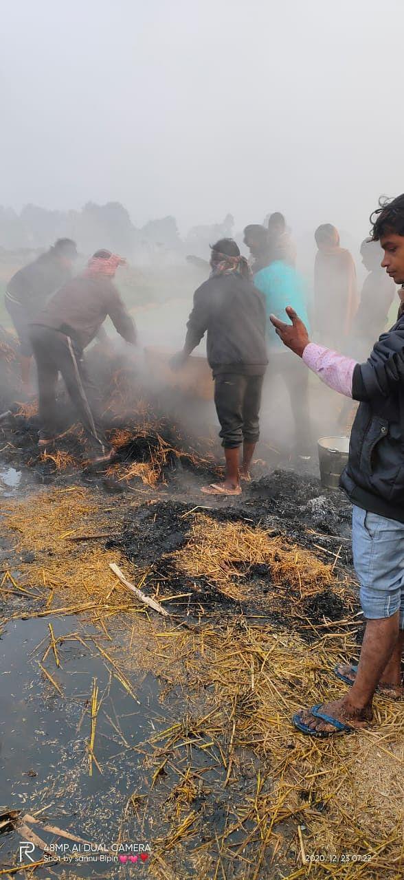 खलिहान में आगलगी, किसानों का एक लाख का फसल जलकर राख