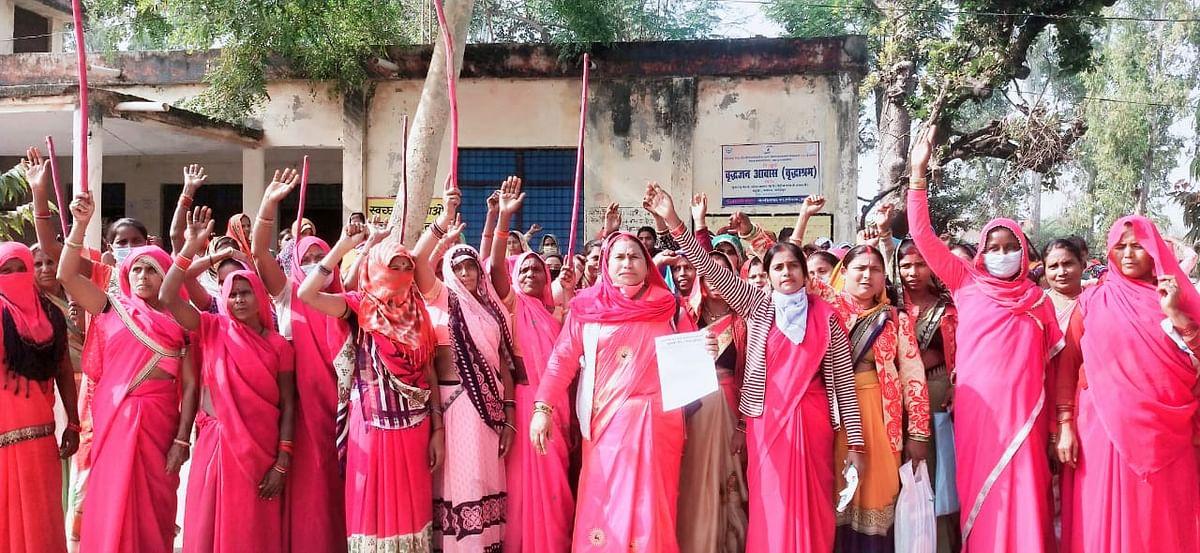 फतेहपुर : भ्रष्टाचार के विरुद्ध गुलाबी गैंग लोकतांत्रिक ने बुलंद की आवाज